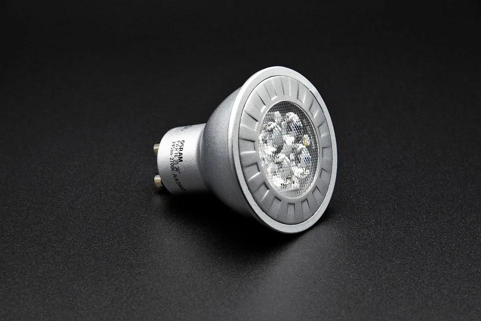 Výklopná nebo pevná svítidla s bodovými LED halogeny v domácnosti