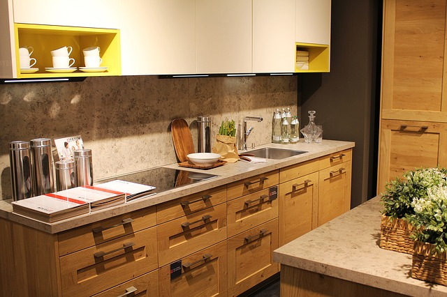 kuchyně s dřevěnými skříňkami