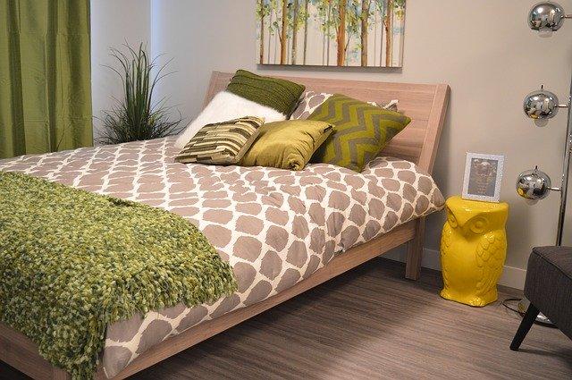 ložnice v hnědo-zelených barvách