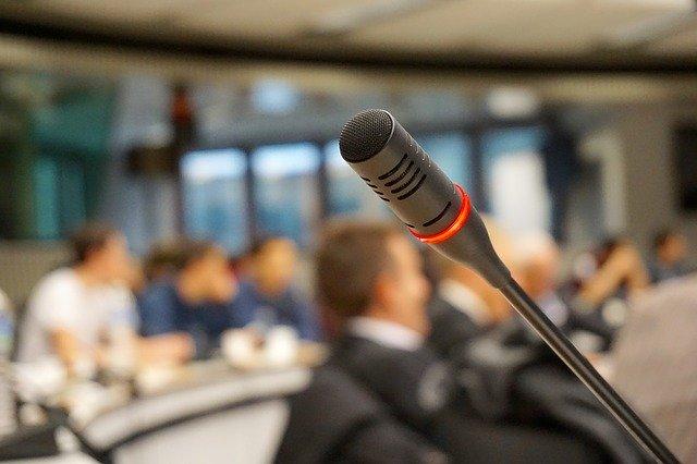 mikrofon na konferenci