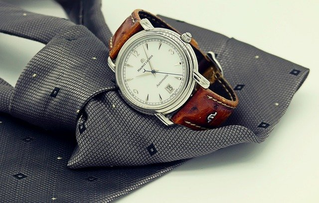 kravata a hodinky
