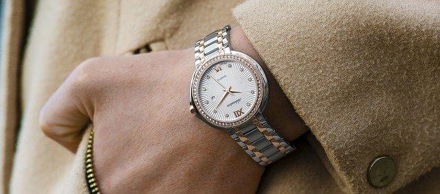 ruka s hodinkami v kapse