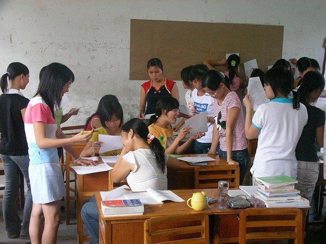 třída plná studentů