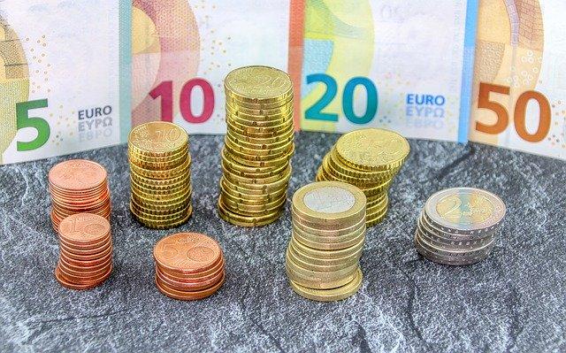 bankovky, eura, sloupečky mincí